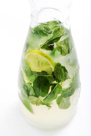 summer lemonade in bottle Banque d'images - 105422795