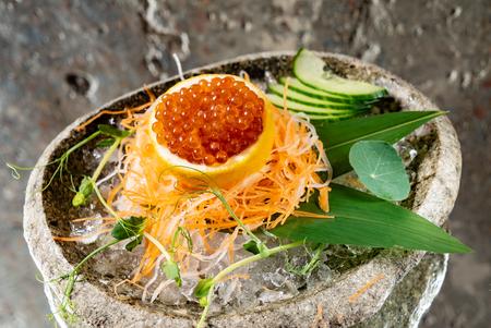 red caviar on lemon Stockfoto