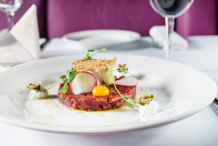 beef tartar with egg 스톡 콘텐츠