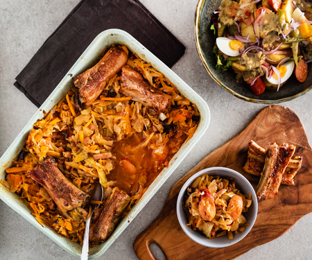 Traditional spare ribs baked in sauerkraut Stockfoto