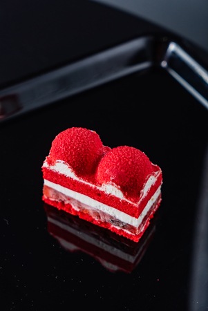 Red velvet cake on the table Foto de archivo - 110667775
