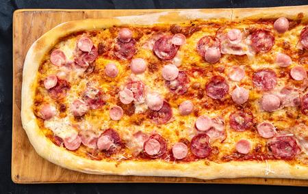 Big family pizza Standard-Bild - 110669318