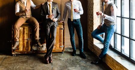 Gruppe hübscher eleganter junger Männer Standard-Bild