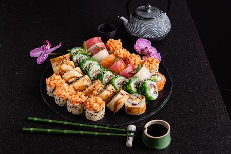 sushi on black plate Stockfoto