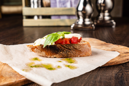 Traditional italian bruschetta with cherry tomatoes, cream cheese, basil leaves Banque d'images
