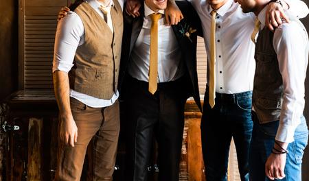 Gruppe hübscher eleganter junger Männer