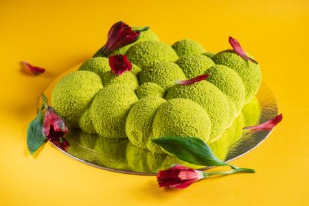 Creative cake with flower petals Imagens