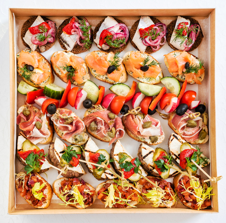 Christmas appetizers in the box Standard-Bild