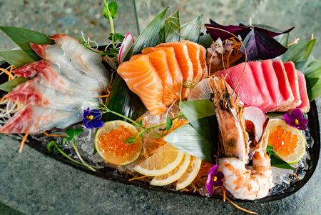 aliments japonais sashimi (poisson cru tranché, coquillages ou crustacés) - Image Banque d'images