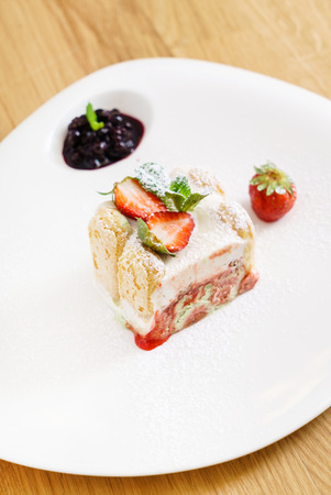 Vanilla and berries ice cream loaf cake Banque d'images - 116267679