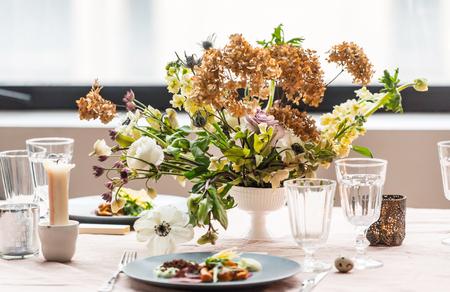 Easter table with flowers 版權商用圖片 - 116268623