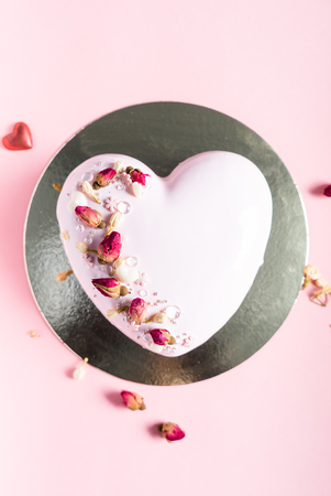 Cake with berries in the shape of heart on Valentine's Day Stok Fotoğraf - 117174588