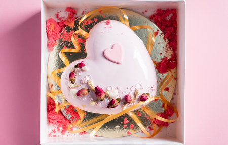 Cake with strawbery in the shape of heart on Valentine's Day Stok Fotoğraf - 117174516