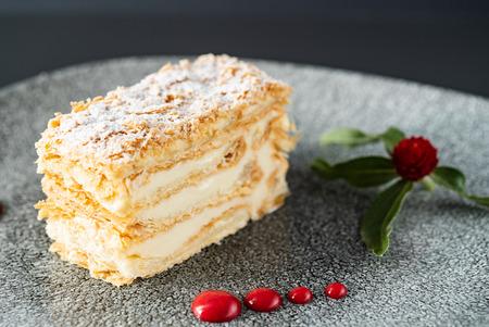 Napoleon cake with vanilla cream Standard-Bild - 117172057