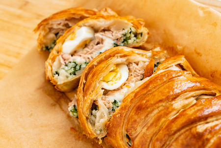 Spinach pie: Italian stromboli with eggs, spinach and mozzarella (Easter pastry) Stockfoto