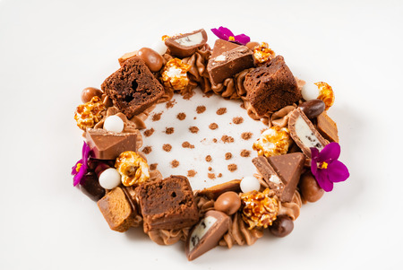 Creative dessert with brownie and edible flowers Banco de Imagens