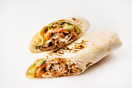 Tortilla-Wrap mit gebratenem Hühnerfleisch und Gemüse isoliert auf weißem Hintergrund Standard-Bild