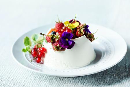 dessert with berries 版權商用圖片