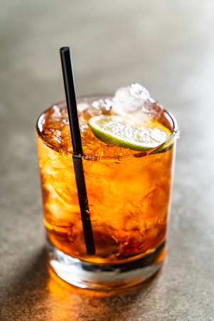 leckerer alkoholischer altmodischer Cocktail in der Bar? Standard-Bild
