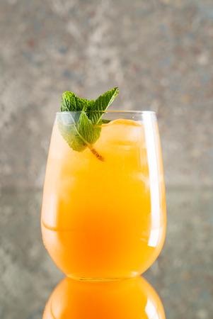 zomerlimonade met fruit Stockfoto