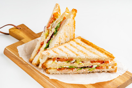 Sándwich de jamón, queso, tomate, lechuga y pan tostado. Foto de archivo