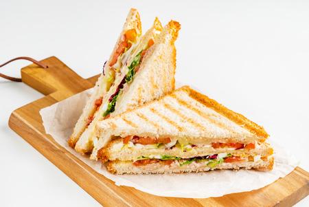 Sandwich met ham, kaas, tomaten, sla en geroosterd brood. Stockfoto