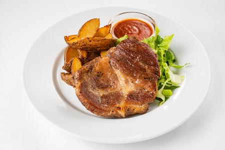 bistecca con patate al forno e insalata
