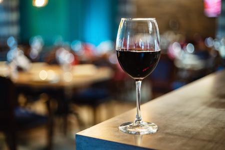 red wine glass in the restaurant Foto de archivo