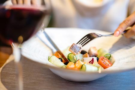 Frau isst grünen gesunden griechischen Salat