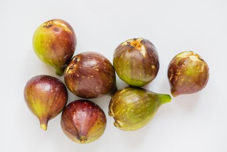 frisches Obst - Bio-Feigen auf weißem Hintergrund