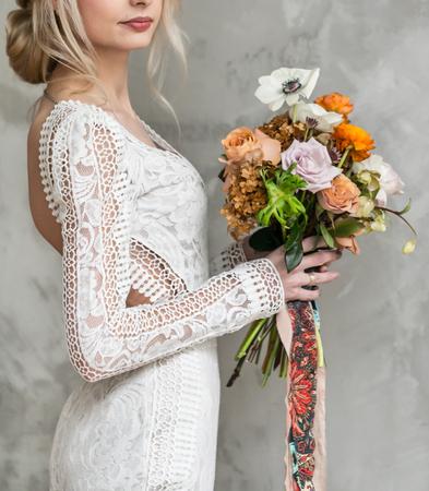 belle jeune mariée avec des fleurs