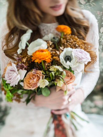 nice young bride with flowers 版權商用圖片 - 123768209