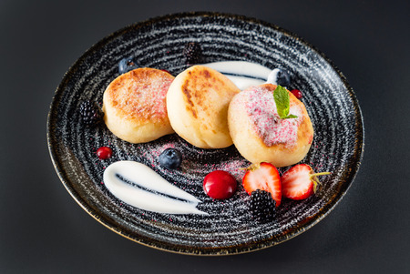 soft cheese pancakes with berries 版權商用圖片 - 123768210