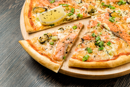 slice of pizza on the wooden tray 版權商用圖片 - 123768277