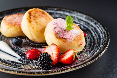 soft cheese pancakes with berries 版權商用圖片 - 123768279
