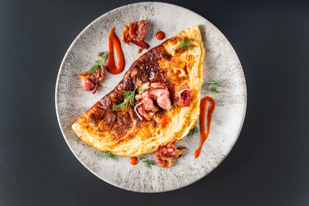 omelet with bacon and sauce 版權商用圖片 - 123768292