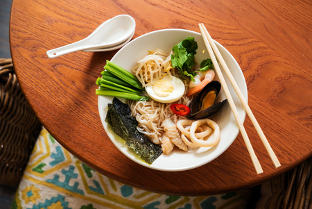 noodle with mussels, shrimps and seaweed 版權商用圖片
