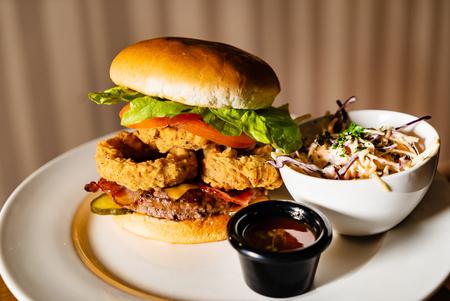 burger with onion rings and salad 版權商用圖片