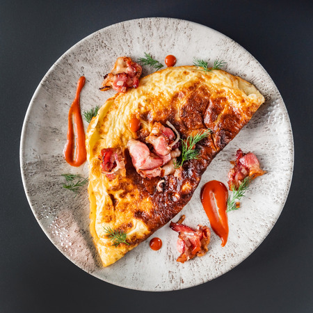 omelet with bacon and sauce 版權商用圖片 - 123768651