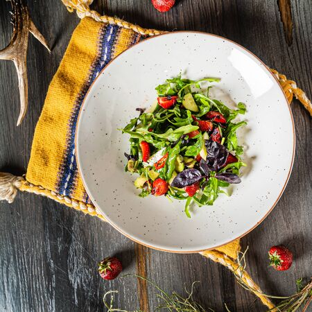 salad  with strawberries and arugula Imagens