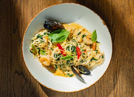 seafood pasta on the wooden background Imagens