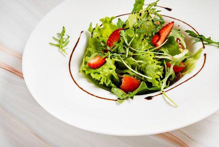 healthy salad with strawberriesa and arugula Archivio Fotografico - 126343671