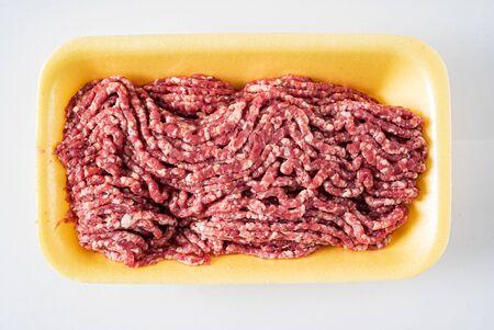 carne picada en el fondo blanco