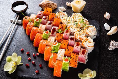 Sushi mis sur le noir