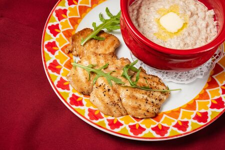 Bowl with prepared oatmeal with butter and chicken fillet Zdjęcie Seryjne