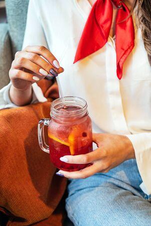 woman drinking summer cold tea Imagens