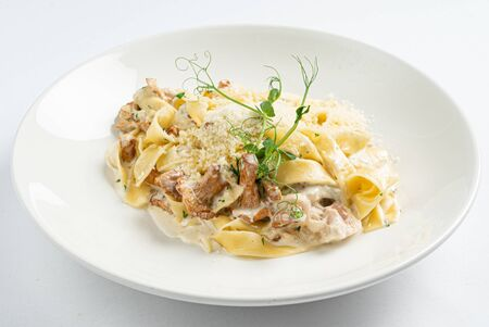 pasta with chanterelles on white plate 版權商用圖片 - 128582880