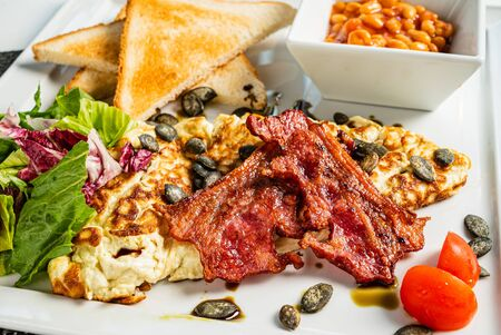 traditionelles Frühstück im Café