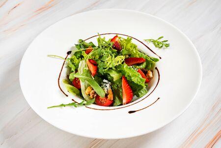 healthy salad with strawberriesa and arugula Archivio Fotografico - 128583073