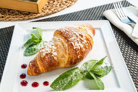 croissant frais et cappuccino sur table